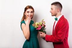 Couples de hippie dans l'amour avec un bouquet des fleurs dans le studio Image libre de droits