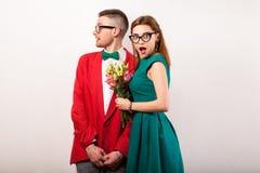 Couples de hippie dans l'amour avec un bouquet des fleurs dans le studio a Photo libre de droits