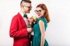Couples de hippie dans l'amour avec un bouquet des fleurs dans le studio a Images libres de droits