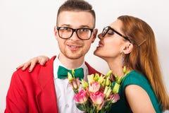 Couples de hippie dans l'amour avec un bouquet des fleurs dans le studio a Image libre de droits