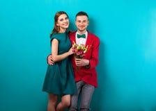 Couples de hippie dans l'amour avec un bouquet des fleurs dans le studio a Photos stock