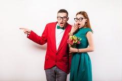 Couples de hippie dans l'amour avec un bouquet des fleurs dans le studio a Image stock