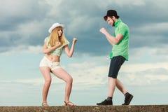Couples de hippie dans l'amour jouant le combat extérieur Photographie stock