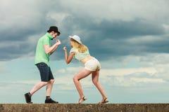 Couples de hippie dans l'amour jouant le combat extérieur Photo stock