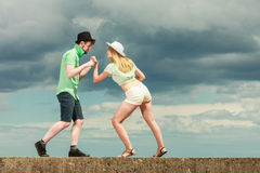 Couples de hippie dans l'amour jouant le combat extérieur Images stock