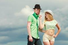 Couples de hippie dans l'amour jouant le flirt extérieur Image stock