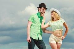 Couples de hippie dans l'amour jouant le flirt extérieur Images stock