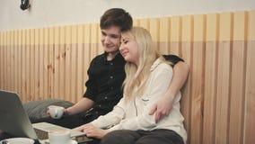 Couples de hippie des vacances se reposant en café potable de café appréciant le temps ensemble Image stock