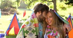 Couples de hippie souriant et posant clips vidéos