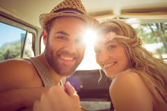 Couples de hippie sur le voyage par la route photo stock