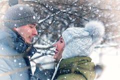 Couples de jeunes amoureux photos libres de droits