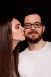 Couples de jeunes baisers d'amants Image stock