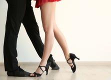 Couples de jeunes danseurs Photo libre de droits