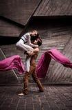 Couples de jeunes danseurs passionnés exécutant une routine de danse ensemble sur la rue Photos libres de droits