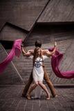 Couples de jeunes danseurs passionnés exécutant une routine de danse ensemble sur la rue Photographie stock