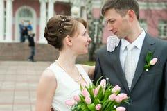 Couples de jeunes de nouveaux mariés Photographie stock
