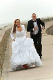 Couples de jeunes de nouveaux mariés Photo stock