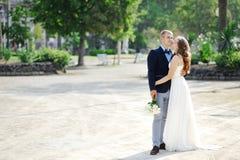 Couples de jeunes mariés dans le jour du mariage à Naples Photo stock
