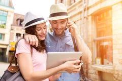 Couples de jeunes touristes attirants découvrant la ville en vacances images stock