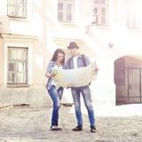 Couples de jeunes voyageurs avec la carte Photo libre de droits