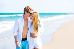 Couples de l'adolescence blonds marchant ensemble dans la plage Image stock