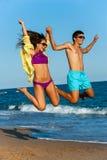 Couples de l'adolescence dans sauter d'usage de bain. Photographie stock libre de droits
