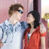 Couples de l'adolescence de patineur photos stock