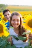 Couples de l'adolescence heureux ayant l'amusement Images stock