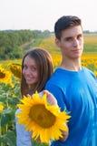 Couples de l'adolescence heureux ayant l'amusement Image libre de droits