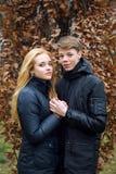Couples de l'adolescence heureux dans l'amour se tenant dessus Photographie stock libre de droits