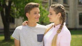 Couples de l'adolescence heureux embrassant et regardant l'un l'autre, relations pures, tendresse banque de vidéos