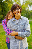 Couples de l'adolescence heureux en stationnement Photo libre de droits
