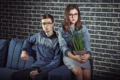 Couples de l'adolescence timides et sérieux Photos libres de droits