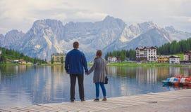 Couples de l'homme et de femme au lac Misurina en montagne l de dolomites Photographie stock