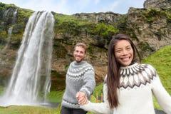 Couples de l'Islande utilisant les chandails islandais heureux Photo stock