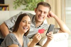 Couples de la pose en ligne d'acheteurs photos stock