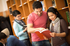 Couples de livre de lecture d'étudiants Photo stock