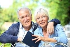 Couples de livre de lecture supérieur de personnes Photographie stock
