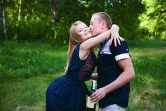 Couples de lune de miel étreignant dans la forêt Images libres de droits