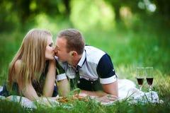 Couples de lune de miel dans l'amour dans la forêt Photographie stock