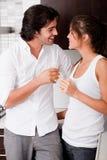 Couples de lune de miel flirtring Image libre de droits