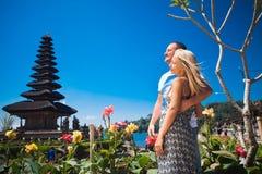 Couples de lune de miel près du temple de Balinese Photo stock