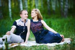 Couples de lune de miel romantiques dans l'amour dans la forêt Photos stock