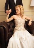 Couples de luxe dans l'intérieur riche Image stock