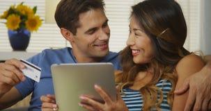 Couples de métis achetant leurs billets pour aller sur une croisière Images libres de droits
