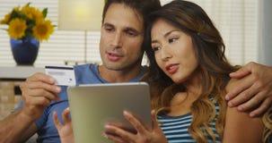 Couples de métis achetant leurs billets pour aller sur une croisière Photographie stock