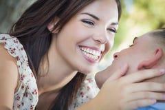 Couples de métis d'amusement riant en parc Images libres de droits