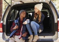 Couples de métis dans le dos nu de la voiture regardant l'un l'autre Photo libre de droits