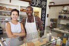 Couples de métis derrière le compteur à une barre de sandwich images libres de droits