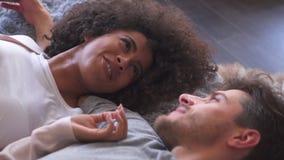 Couples de métis parlant dans le lit clips vidéos